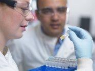 Scientifiques se préparant à analyser des échantillons provenant d'essais cliniques — Photo de stock