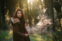 Молода жінка з камери в лісі — стокове фото