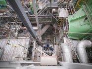 Ingénieurs travaillant au fond de l'équipement pendant la panne de la centrale, vue grand angle — Photo de stock