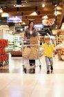 Женщина продуктовый магазин с сыном — стоковое фото
