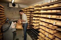 Roda de acabamento do trabalhador de queijo na loja — Fotografia de Stock
