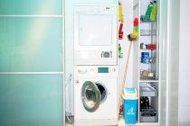 Стиральная машина сушилка кошачий дом в помещении — стоковое фото