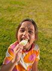 Fille mordant dans la glace lolly, portrait — Photo de stock