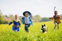 Bambini che giocano vestire all'aperto — Foto stock