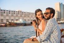 Coppia romantica che fotografa in barca al porto turistico di Dubai, Emirati Arabi Uniti — Foto stock