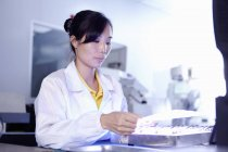 Technicienne travaillant dans une usine LED à Guangdong, Chine — Photo de stock