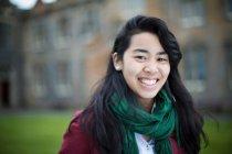 Закрытие студенческой улыбки на улице — стоковое фото