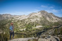 Hiker looking at view of Kokanee Glacier Provincial Park and the Selkirk Mountain Ranges, Nelson, British Columbia, Canada — Stock Photo