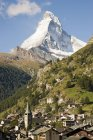 Vista lejana de la ciudad suiza cerca de Matterhorn - foto de stock