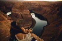 Femmes qui se détendent et profitent de la vue, Horseshoe Bend, Page, Arizona, USA — Photo de stock