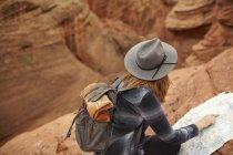 Donna che guarda la mappa, Page, Arizona, USA — Foto stock