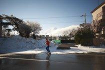 Uomo maturo che corre su strada in inverno, Lago Kawaguchiko, Monte Fuji, Giappone — Foto stock