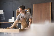 Tischler in seiner Werkstatt — Stockfoto