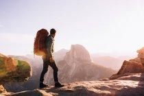 Hiker walking on mountain path, Yosemite, California, USA — Stock Photo