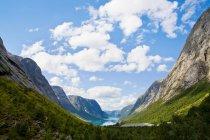 Горы и озеро kjosnesfjorden под пасмурным небом — стоковое фото