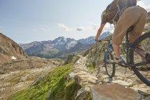 Молодой человек катается на горном велосипеде на леднике Валь-Сеналес, Валь-Сеналес, Южный Тироль, Италия — стоковое фото