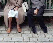 Casal sênior no banco ao ar livre — Fotografia de Stock
