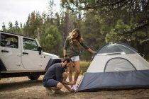 Joven pareja poner tienda en bosque, Lake Tahoe, Nevada, Usa - foto de stock