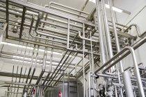 Промышленные трубопроводы в фабрике — стоковое фото