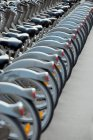 Bicycled garé en ligne — Photo de stock