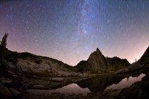 Prussik tarn de gnomo de pico e estrelas no céu — Fotografia de Stock