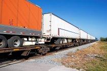 Remorques de camion sur un conteneur de fret — Photo de stock