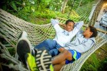 Хлопчики лежав у гамаку в природі — стокове фото