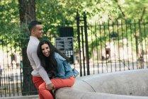 Mitte erwachsenes paar lachen miteinander im Stadtpark — Stockfoto