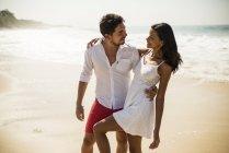 Романтическая пара, пляж Арпоадор, Рио-де-Жанейро, Бразилия — стоковое фото