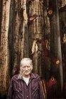 Homem idoso fora do celeiro, retrato — Fotografia de Stock