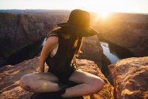 Donna che guarda lateralmente a vista, Horseshoe Bend, Pagina, Arizona, STATI UNITI — Foto stock
