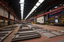 Pièces en acier dans l'entrepôt au chantier naval, à l'intérieur — Photo de stock