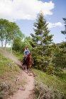 Mulher cavalo equitação através de Beaver Creek, Colorado, EUA — Fotografia de Stock