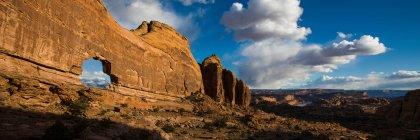 Перегляд джип арку в пустелі скельне освіта з хмарного неба — стокове фото
