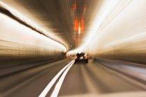 Движущиеся автомобили огни в туннеле, длинный выстрел esxposure — стоковое фото
