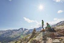 Молодий походи пара з видом на Валь місті Senales льодовик, Валь місті Senales, Південний Тіроль, Італія — стокове фото