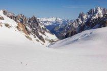 Mont-blanc aux sommets enneigés des randonneurs lointains, Helbronner, Chamonix, Italie — Photo de stock