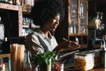 Barkeeper arbeitet hinter Theke in Kneipe — Stockfoto