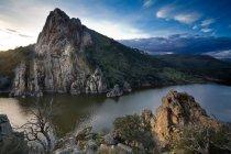 Скалистые горы и все еще река под голубым облачным небом — стоковое фото