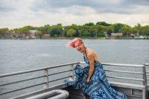 Donna felice in piedi sulla barca, ridendo, vento che soffia vestito — Foto stock