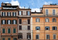 Edificios de apartamentos urbanos - foto de stock