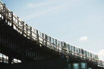 Городской поезд на рельсах — стоковое фото