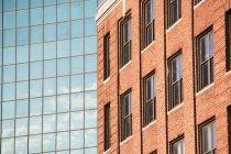 Edificios de vidrio y ladrillos - foto de stock