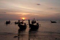 Рибальські човни в підсвічуванням — стокове фото