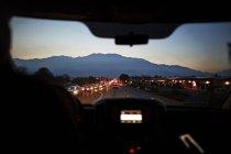 Visualizzazione del traffico stradale attraverso il finestrino della macchina, Palm Springs, California, Stati Uniti — Foto stock
