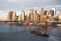 Grattacieli con nave in porto — Foto stock