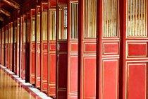 Puertas rojas del Thai Hoa Palacio, Hue, Vietnam - foto de stock