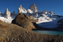 Paysage de montagne avec des sommets enneigés et le lac — Photo de stock