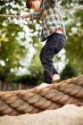 Männliches Kleinkind überquert Seilbrücke — Stockfoto