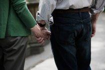 Старшие пары держатся за руки, закрываются — стоковое фото